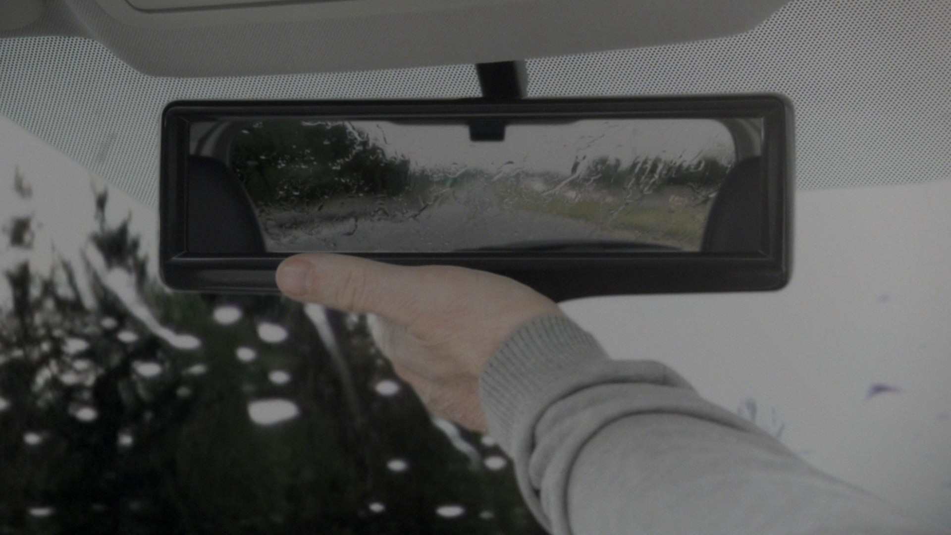 Normal mode of the rearview mirror in raining conditions