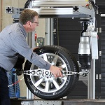 Steering assistance can be provided while driving by means of an intelligent control system