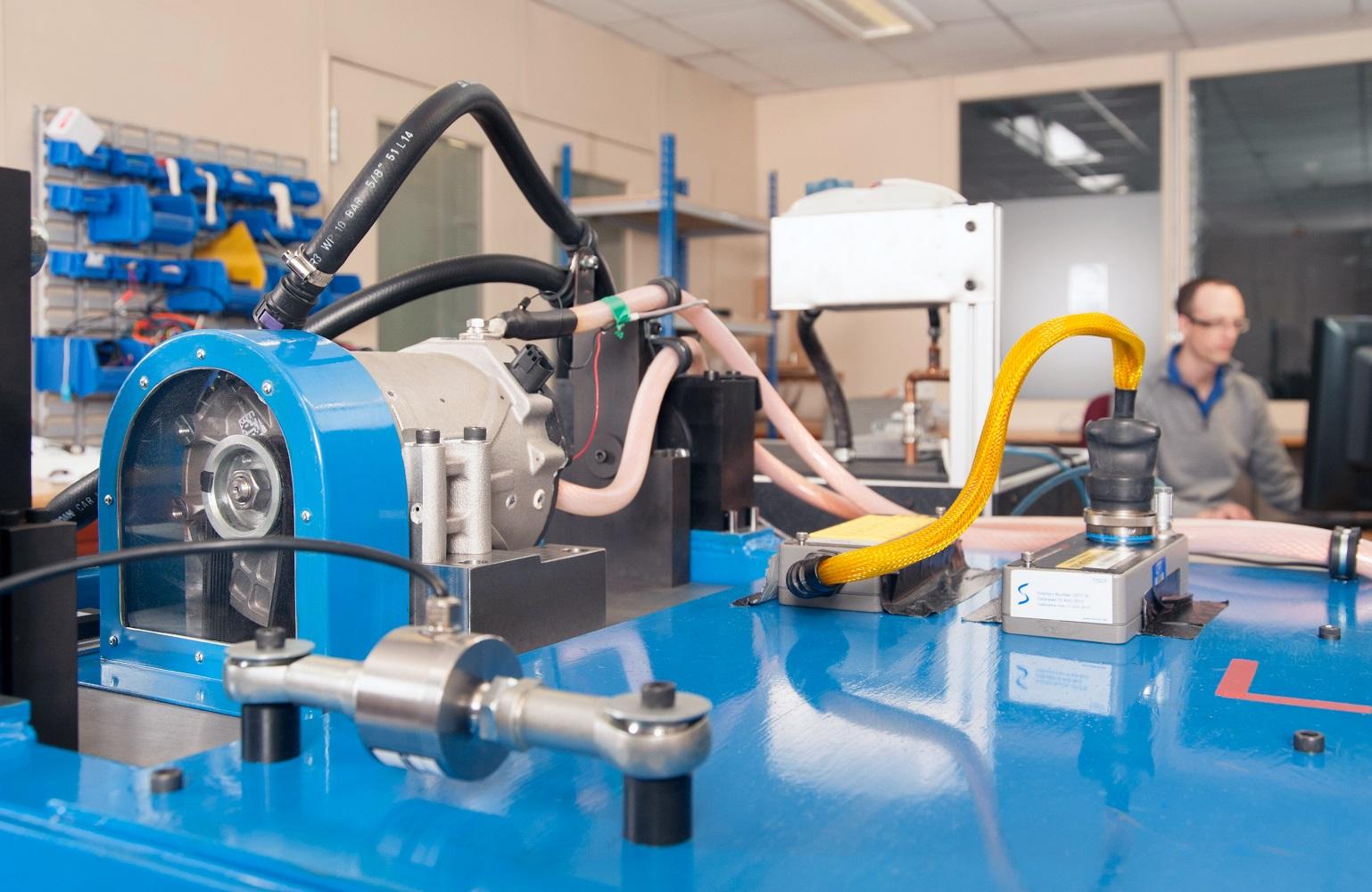 Unité SpeedStart sur un banc d'essais 48 Volts supervisée par le chef de la calibration John Kelly