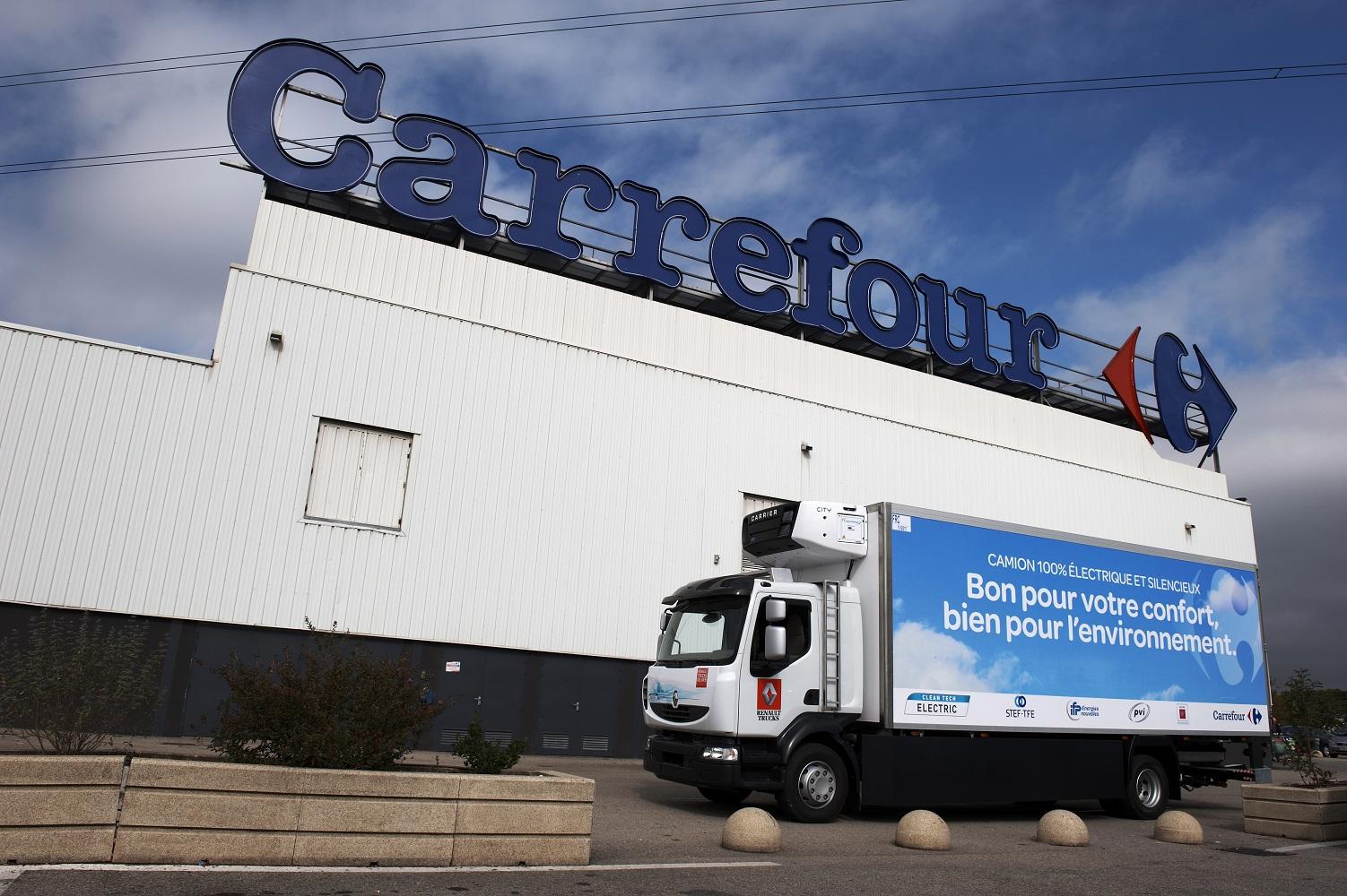 Le camion du projet Melodys devant un supermarché Carrefour