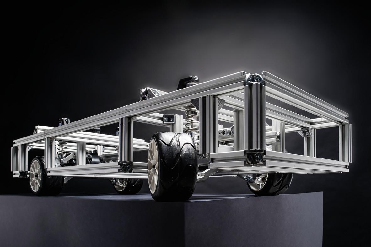 De nouveaux concepts d'entraînement et de directionpour les voitures électriques sont testés avec unemaquette de démonstration au KIT